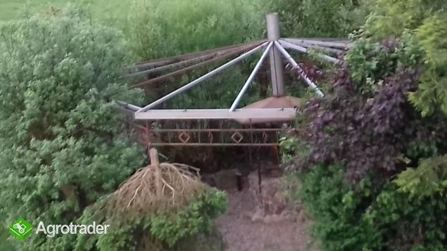 Konstrukcja metalowa altany z grilem i elementami pod ławki oraz kamie
